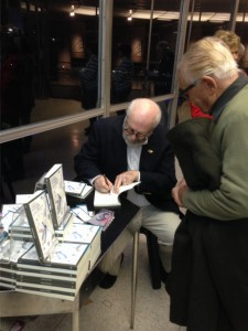 El Dr. Golombek firmando libros.