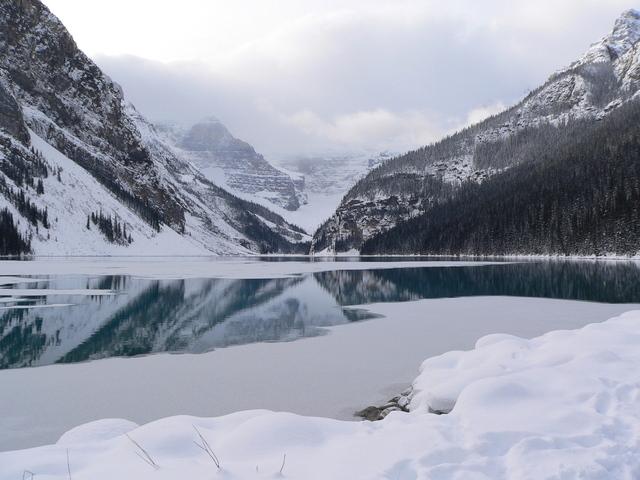 Puede verse, agua sólida (hielo), líquida (el lago) y en estado gaseoso (las nubes)