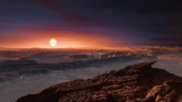 Visión artística de la superficie del planeta Próxima b orbitando la estrella Próxima Centauri. El sistema de estrellas de Alfa centauro aparece arriba a la  derecha de Próxima Centauri.  Crédito: ESO