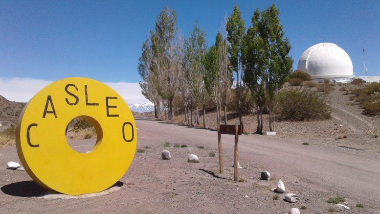 """La """"rueda"""" en amarillo en la imagen es en realidad un contrapeso que imita en tamaño, forma y peso al espejo principal del telescopio y se utilizó en el montaje del telescopio Jorge Sahade."""